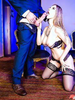 Грудастая цыпочка в чулках одновременно сосет два больших члена секс фото и порно фото