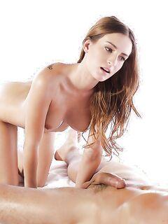 Худая массажистка делает минет в масле секс фото и порно фото