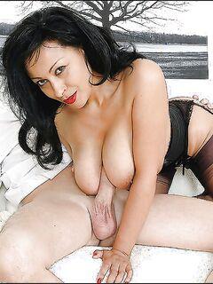 Зрелая дамочка в чулках дрочит длинный член руками и большими сиськами секс фото и порно фото