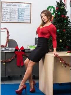 Грудастая девица снимает кружевное белье в офисе секс фото и порно фото