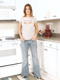 Сексуальная цыпочка раздевается на кухне секс фото и порно фото