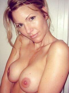 Эротическая подборка снимков грудастых красоток на кровати секс фото и порно фото