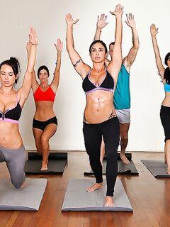 Грудастая Jewels Jade с подругами соблазнили двух тренеров йоги секс фото и порно фото