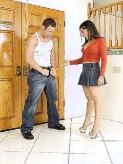 Зашедший в гости парень трахает латинскую мамашу на лестнице секс фото и порно фото