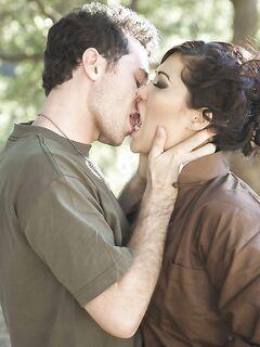 Европеец трахает в анал японку London Keyes в лесу секс фото и порно фото