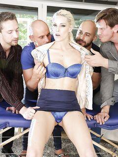Четверо мужиков ебут чешку Blanche Bradburry на диване секс фото и порно фото