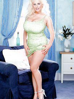 Пышная блондинка Julia Miles мастурбирует дилдо в гостиной секс фото и порно фото