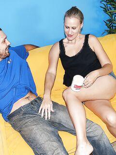 Зрелая дамочка топлес дрочит член парню на диване секс фото и порно фото