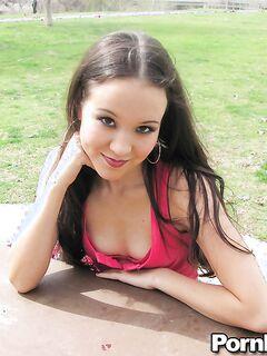 Азиатская малышка Amai Liu раздевается у бассейна секс фото и порно фото