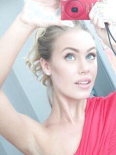 Голубоглазая блондинка фотографирует большие сиськи в ванной секс фото и порно фото