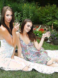 Пьяные девушки засовывают бутылки в вагины на пикнике секс фото и порно фото