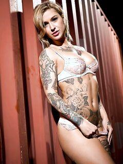 Татуированная мамочка с большими сиськами показала сочную вагину секс фото и порно фото