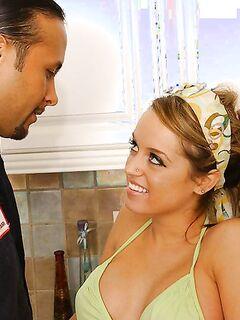 Длинноволосый парень трахнул сочную девушку на кухонном шкафу секс фото и порно фото