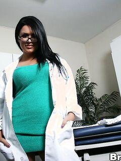 Докторша с большими сиськами красиво разделась прямо на работе секс фото и порно фото