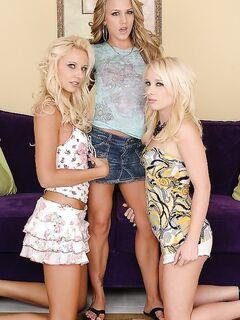 Три лесбиянки лижут друг дружке киски в групповухе секс фото и порно фото