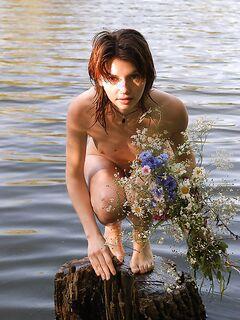 Две деревенские телки голышом купаются в речке секс фото и порно фото