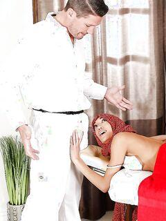 Арабка делает массажисту страстный минет и получает сперму в рот секс фото и порно фото