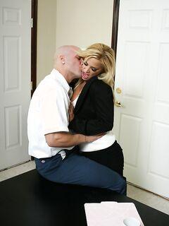 Лысый мужик трахнул одинокую милфу с большими сиськами секс фото и порно фото