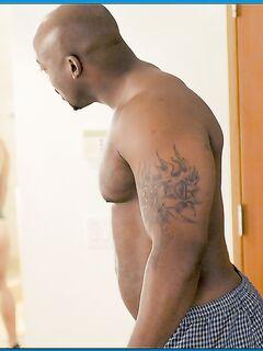 Негр прошел за любовницей в туалет и присунул ей в ротик секс фото и порно фото