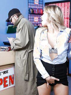 Покупательница трахается с лысым продавцом в магазине секс фото и порно фото