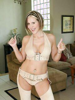 Зрелая американка обнажила большие сиськи в зале секс фото и порно фото