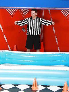 Спортсменки сделали судье минет в надувном бассейне секс фото и порно фото