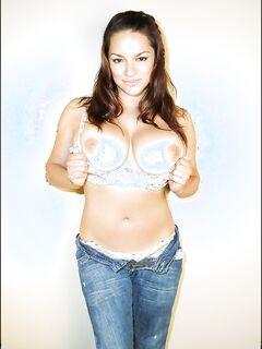 Красивая эро-модель показала большие сиськи на фотосессии секс фото и порно фото