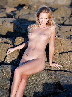Прелестная блондинка устроила эротическую фотосессию на пляже секс фото и порно фото