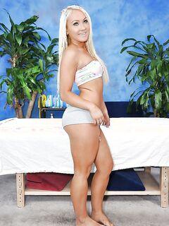 Загорелая блондинка сняла трусики и показала округлую попу секс фото и порно фото