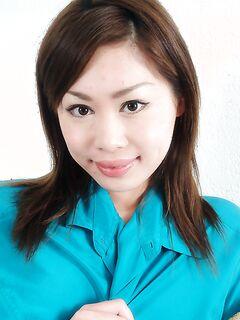 Аппетитная азиатка светит голой вагиной с волосатым лобком секс фото и порно фото