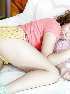 18-летняя красотка с большой попой развлекается секс игрушками секс фото и порно фото
