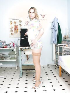 Развратная медсестра раздвигает сочную киску секс игрушками секс фото и порно фото