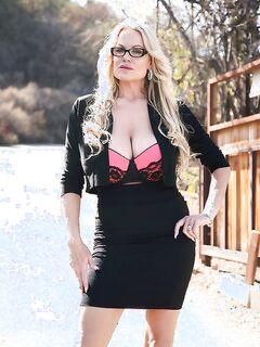 Милфа с огромной грудью дрочит в машине секс фото и порно фото