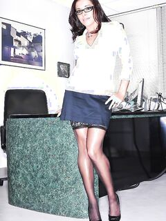 Секретарша в чулках показывает стриптиз в кабинете босса секс фото и порно фото