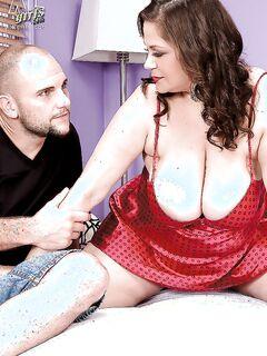Жирная мамочка с огромными дойками отсосала член и отдалась качку секс фото и порно фото