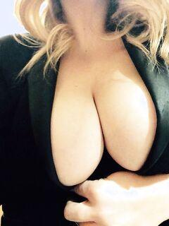 Раскованная милашка обнажила плоть перед зеркалом секс фото и порно фото