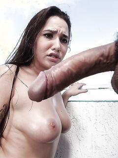 Качок сунул большой член глубоко в горло грудастой соски секс фото и порно фото