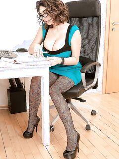 Секретарша возбудила босса огромными буферами секс фото и порно фото
