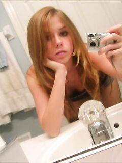 Проказницы красуются своей грудью перед зеркалом секс фото и порно фото