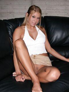 Секси блондинка позирует голой показывая свои упругие формы секс фото и порно фото