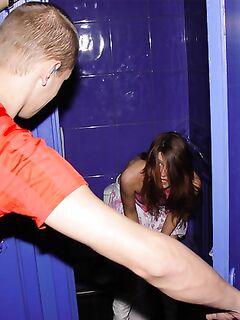 Парни активно поимели стройняшку в общественном туалете секс фото и порно фото