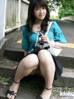 Молодая азиатка показывает красивые титьки с твердыми сосками и упругую попку секс фото и порно фото