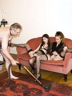 Раскованные давалки поиграли с любовником в ролевые игры секс фото и порно фото