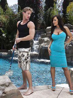 Грудастая брюнетка трахнулась с соседом у бассейна секс фото и порно фото