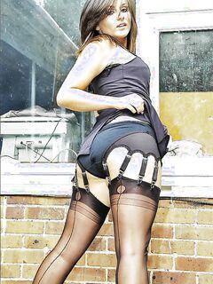 Развратная милашка демонстрирует аппетитную попку секс фото и порно фото