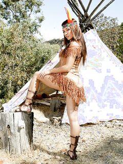 Неистовая индианка оголилась перед незнакомцами секс фото и порно фото