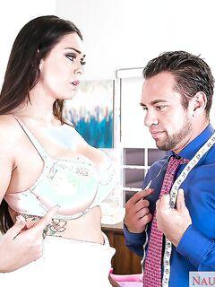 Высокая шалава искусила модельера большими сиськами секс фото и порно фото