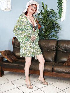 Рыжеволосая бабуля разделась на кожаном диване секс фото и порно фото