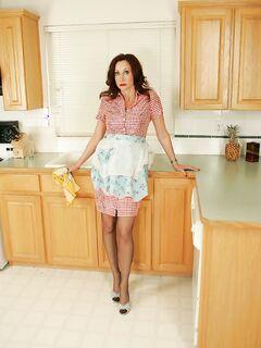 Кухарка неспешно оголяется на кухне секс фото и порно фото