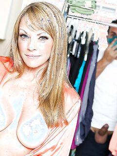 Блонда отдалась трахальщику в прачечной секс фото и порно фото